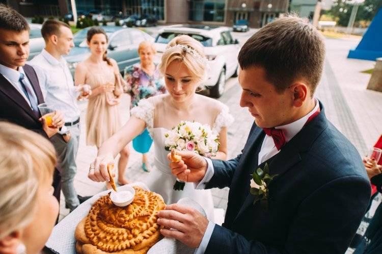 встреча молодожен свадебным кароваем свадебный каровай киев украина